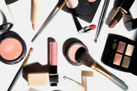 women-love-makeup